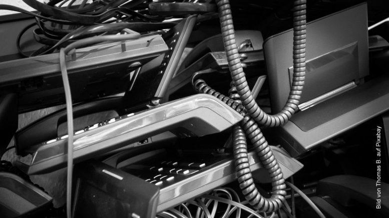 Elektronikschrott - alte Computer und Telefone