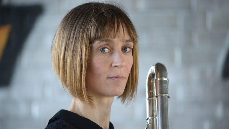 Die Musikerin Recca Lenton mit Flöte