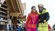 Zwei Skifahrer vor einer Skihütte