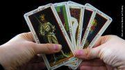 Tarotkarten werden gehalten