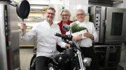 Thomas Martin in der Küche auf einem Motorrad