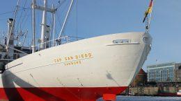 Heckansicht des Museumsschiff Cap San Diego im Winter auf der Elbe im Hamburger Hafen mit Eis auf der Elbe.
