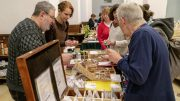 Teilnehmer an der Hamburger Saatgutbbörse suchen Saatgut aus