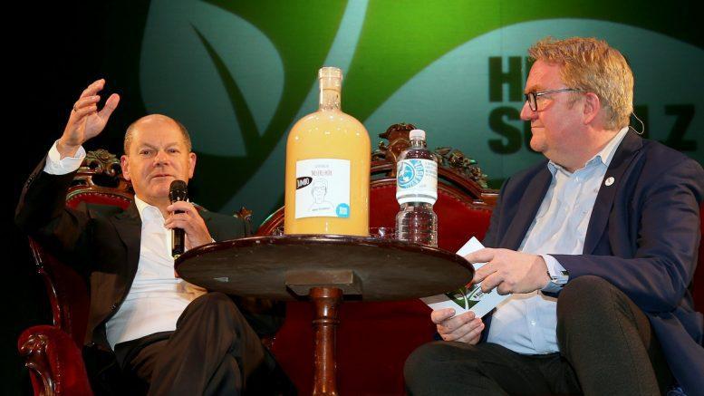 Olaf Scholz und Lars Meier in einer Podiumsdiskussion
