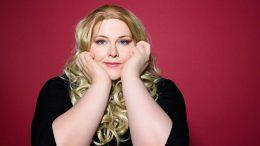 Die Komikerin Nicole Jäger mit abstütztem Kopf