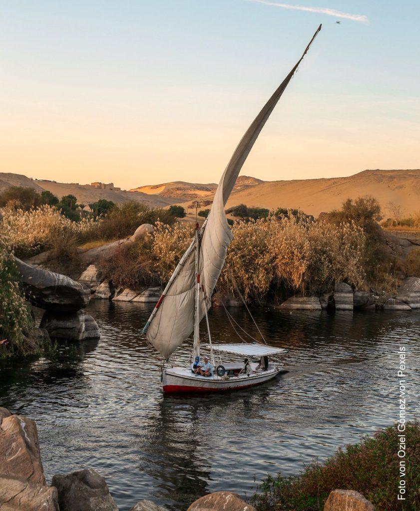 Ein traditionelles Felluka Segelboot in der Abenddämmerung auf dem Nil