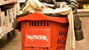 Ein mit Kleidung gefüllter roter Plastik-Einkaufswagen von TK maxx