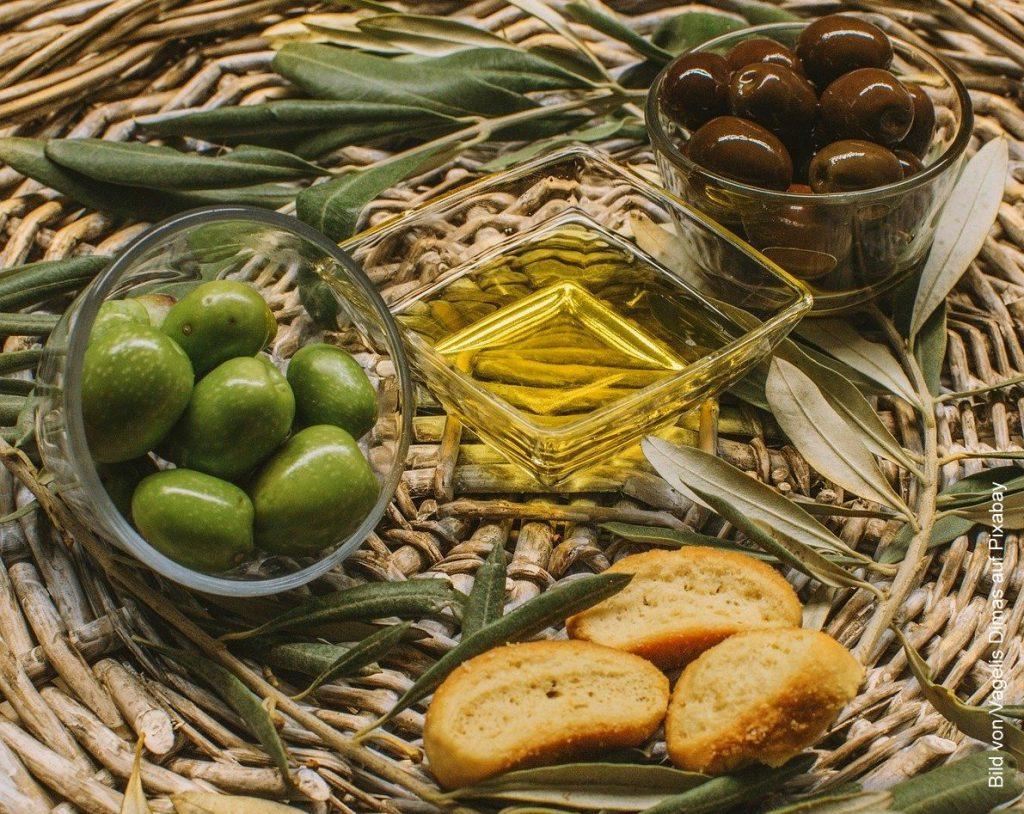 Als Snack schwarze und grüne Oliven mit Öl und Brot