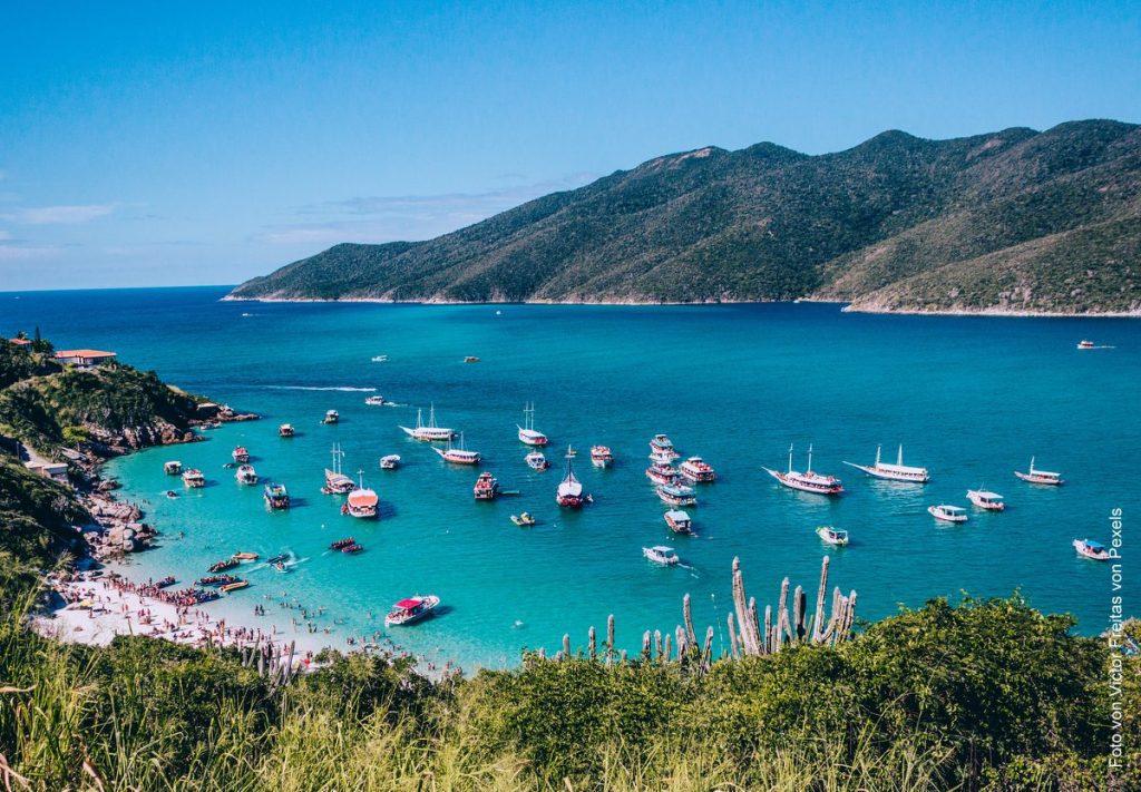 Arraial do Cabo Strandbucht mit Schiffen und Strandleben