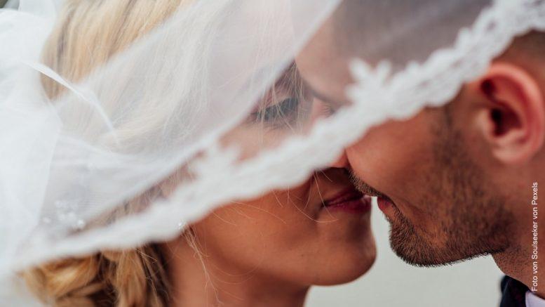 Brautpaar küsst sich, Nahaufnahme