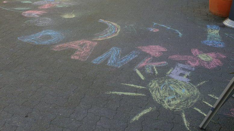Straßen Graffiti DANKE für den Einsatz in der Coronakrise EDEKA MARTENS in Hamburg Ammersbek
