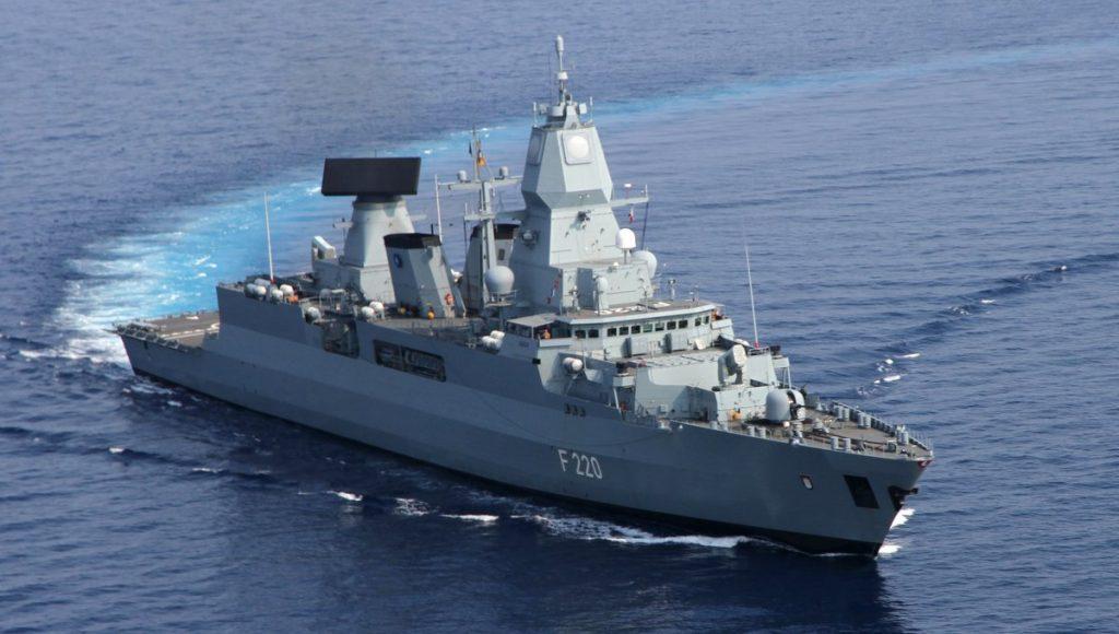 DAs Kriegsschiff der Deutschen Marine Fregatte Hamburg auf See