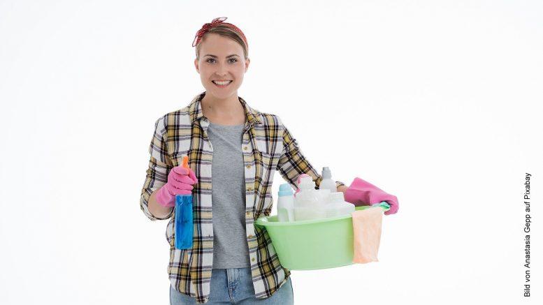 Frau macht sich bereit für einen Frühjahrsputz mit Reinigungsmitteln