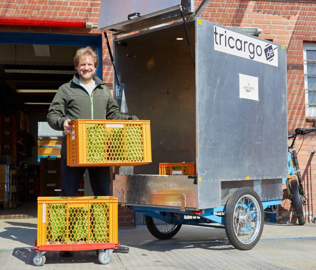 Liekedeeler Kisten werden in ein Lastenrad verladen