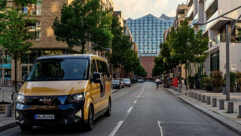 Moia Elektrobus in Hamburg, im Hintergrund die Elbphilharmonie