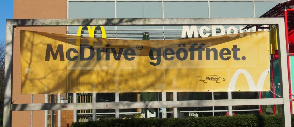 Trotz Corona Lockdown, McDonalds hat seinen McDrive geöffnet. Banner in der Friedrich-Ebert-Allee Hamburg Wandsbek