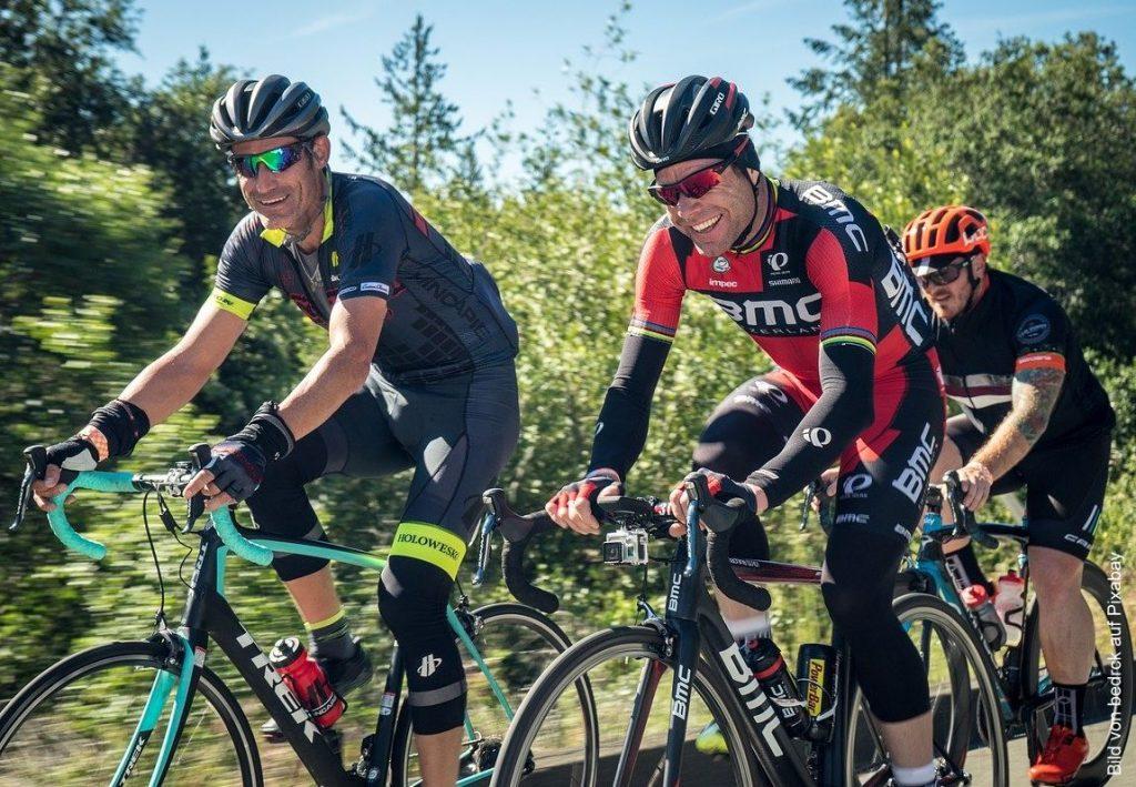 Drei mittelalter Männer auf Sporträdern
