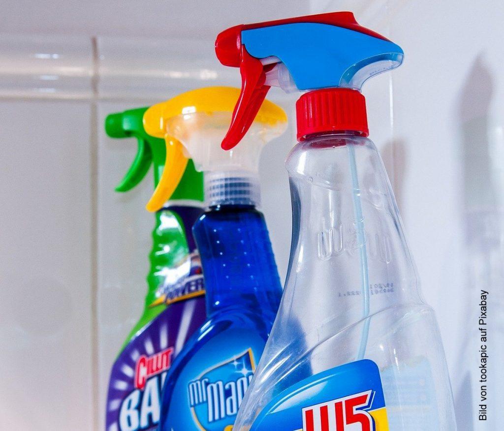 Drei Sprühflaschen mit Haushaltreinigungsmittel für den Frühjahrsputz