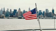 US Flagge vor Manhatten