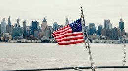 US Flagge vor Manhatten