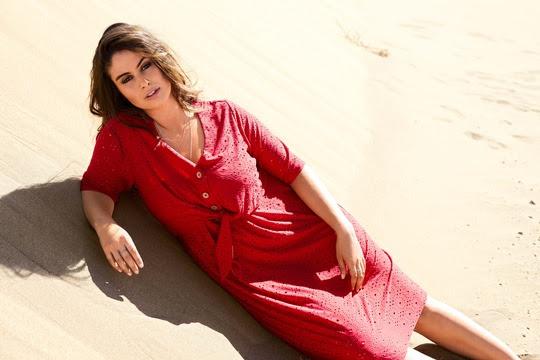 Frau im roten Kleid am Strand liegend, Modefoto
