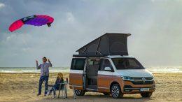 #vanlife: VW California am Strand mit Paar und Flugdrachen