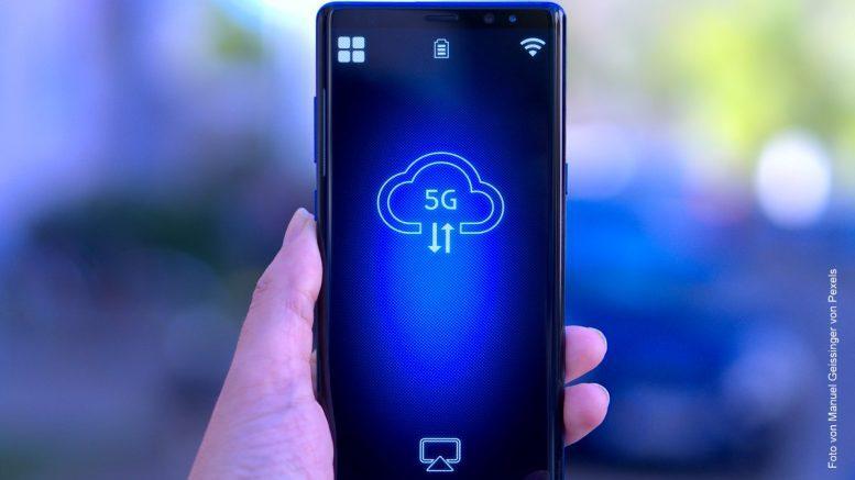 Mobiltelefon in einer Hand - Symbolbild 5g Standard