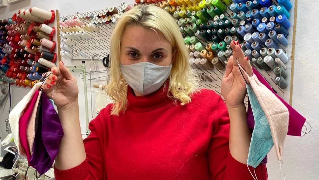 Die Hamburger Modedesignerin Ella Deck mit selbstgenähter Mundschutzmaske
