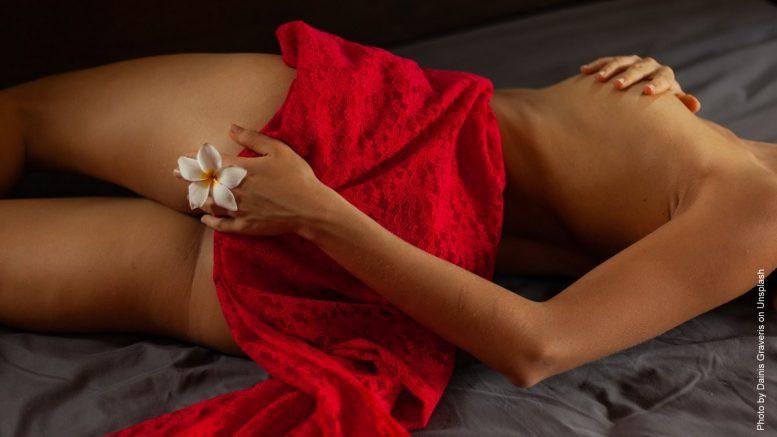 Kopfkino - nackte Frau nur von einem roten Seidentuch verhüllt
