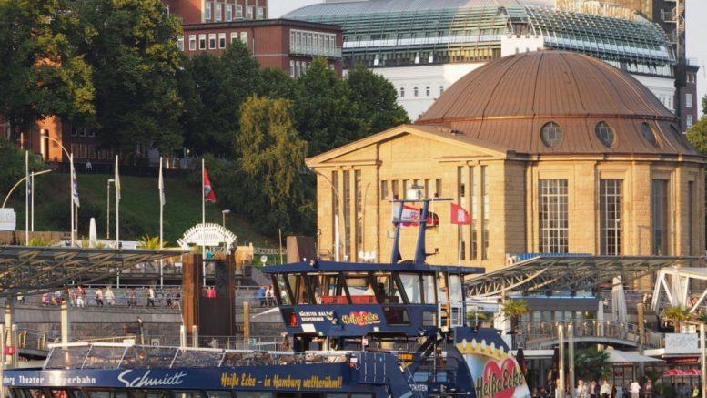 Von der Elbe aus gesehen: Eingangsgebäude zum Alten Elbtunnel
