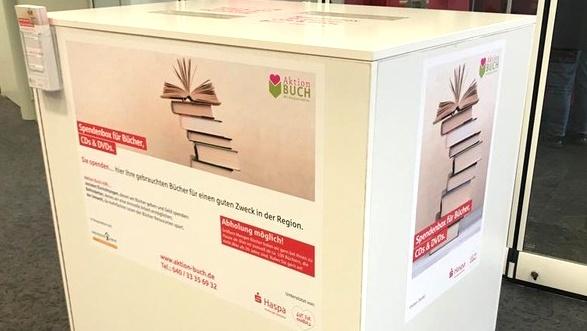 Eine Bücherspendenbox in einer Haspa Filiale