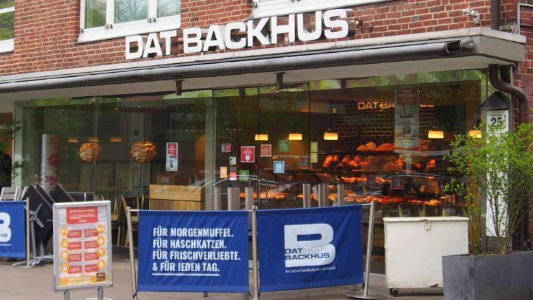 Strassenansicht der DAT BACKHUS Filiale in Hamburg Volksdorf