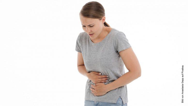 Frau mit Magen-Darm-Schmerzen