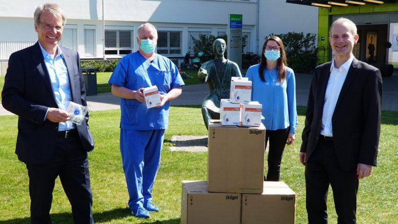 Amalie Sieveking Krankenhaus in Volksdorf: Stephan von Bülow, Jörn Schomaker, Sabrina Auder, Sascha Altendorf bei Atemmaskenspende