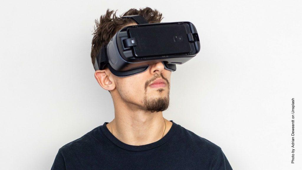 Mann mit Bart mit VR Brille