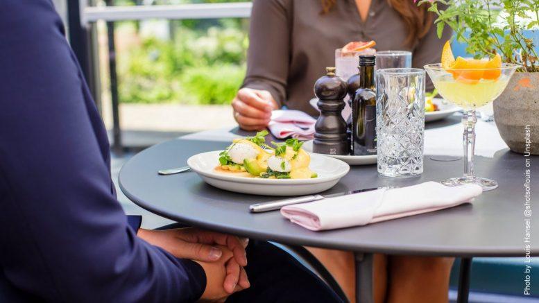 Ein Paar beim Dating in einem Restaurant