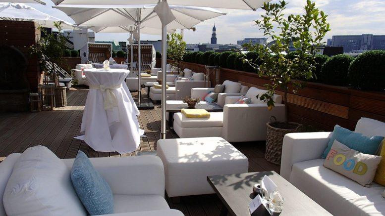 Das Rooftop vom Vier Jahreszeiten Hotel Hamburg mit Blick auf den Michel