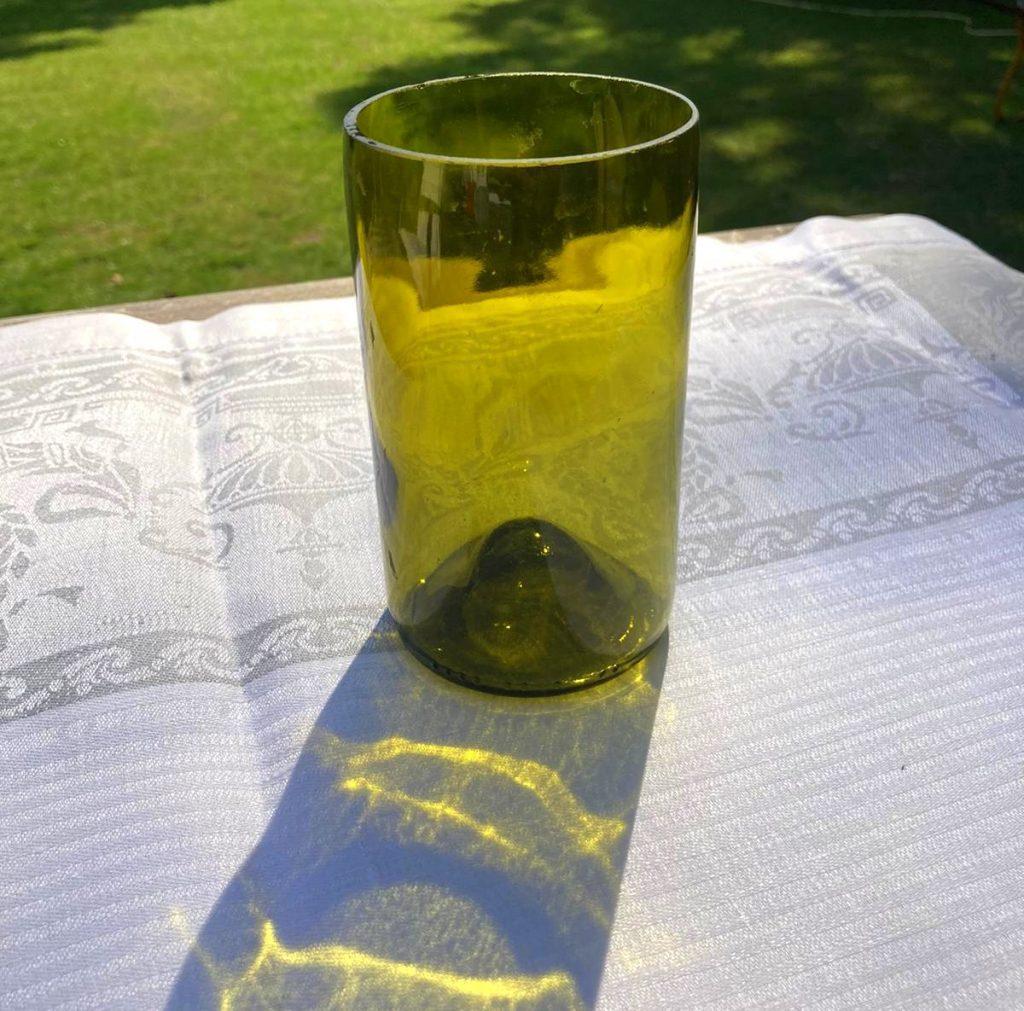 Glas aus einer Weinflasche