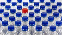 Plastikflaschen mit blauen Verschluß und ein roter Verschluß