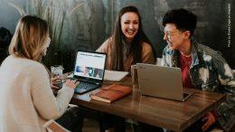Drei Frauen beim Meeting mit Laptops
