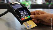 E-Cach Terminal mit Hand und Kreditkarte