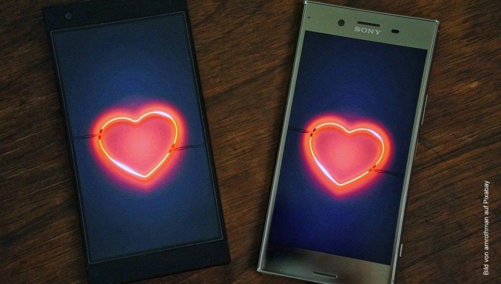 zwei Smartphones mit Liebesherz