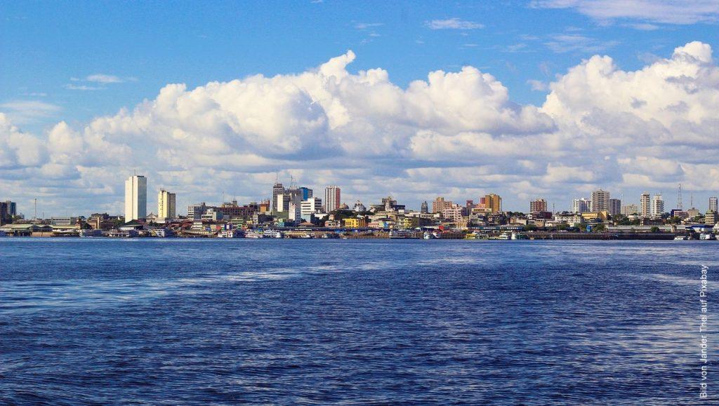 Manaus die Regenwald Metropole vom Wasser gesehen