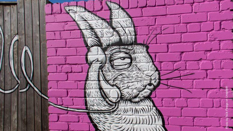 Wandbild an einer Aussenfassade - Hase telefoniert