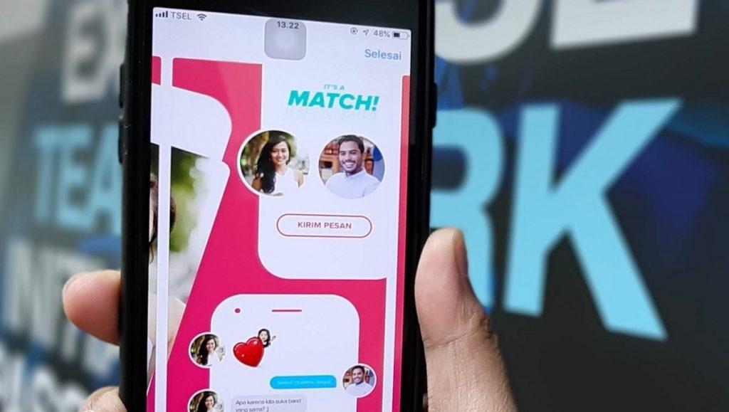 Online-dating im gespräch mit mehreren personen