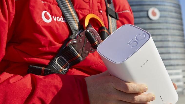 Mann hält einen 5G Gigacube Router