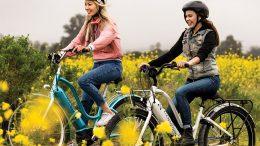 2 Frauen auf einem Electra E-Bike