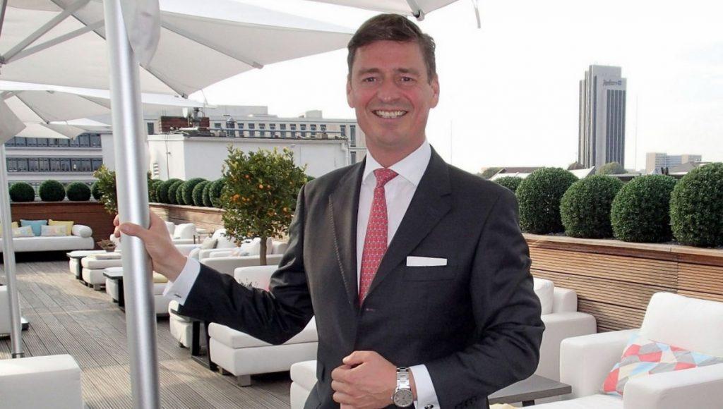Direktor Ingo C. Peters auf dem Vier Jahreszeiten Hotel Rooftop