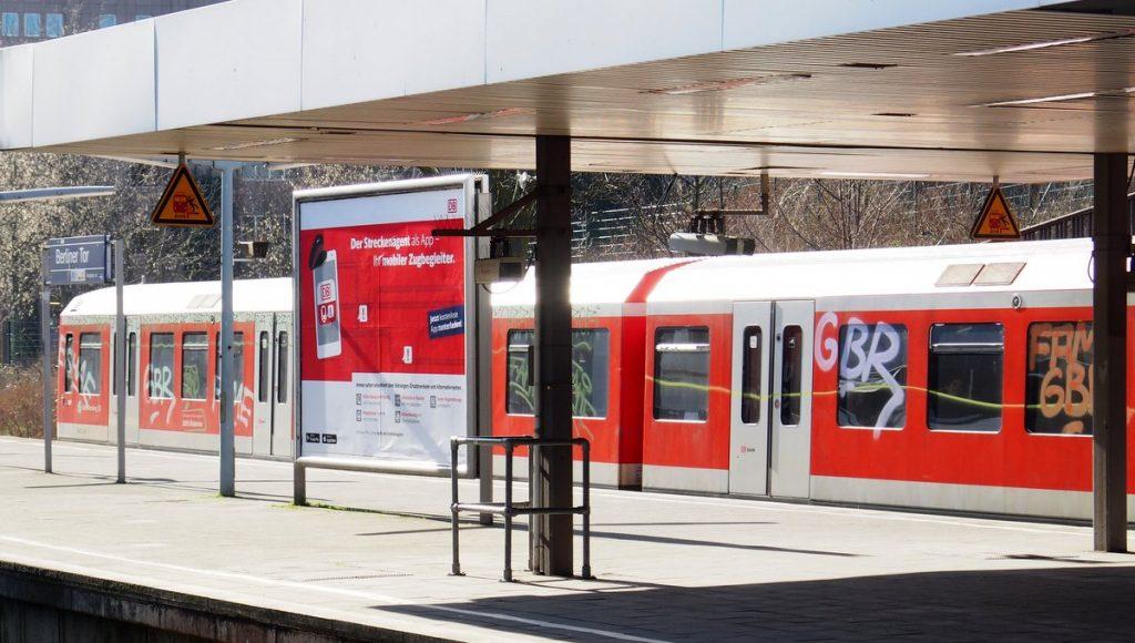 S-Bahn in Hamburg im Bahnhof mit Grafitti