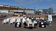 100 leere Stühle auf der Landunsbrücke in Helgoland als Zeichen des Protestes